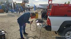 Відвідувач виставки AGROEXPO 2019 пробує якості зварювання.