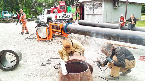 Зварювання металевих деталей водопроводу із застосуванням агрегату агрегата Shindaiwa DGW500DM/RU