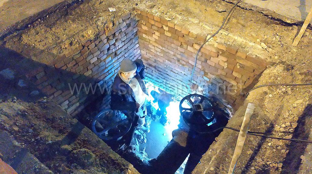 Фото процесса ремонта участка трубопровода в Одессе.