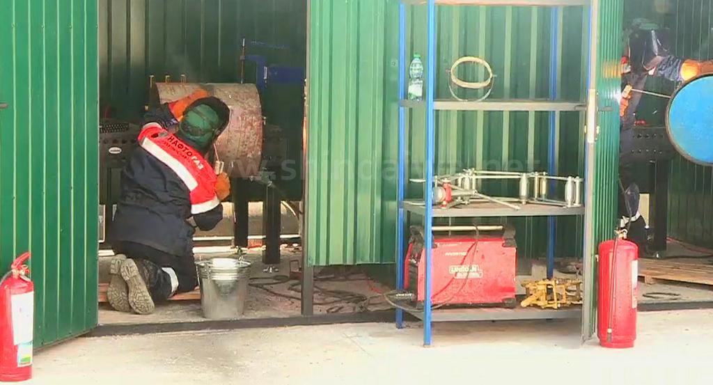 Подготовка сварщиков к соревнованию по ремонту нефтепровода.